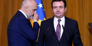 Kryeministri i Kosoves, Albin Kurti, Kryeministri shqiptar, Edi Rama, duke hyre ne nje konference te perbashket shtypi, ku deklaruan se jane gati per te nisur pergatitjet per mbledhjet e dy qeverive, dhe folen per rendesine e bashkepunimit midis dy vendeve. Kjo eshte vizita e pare zyrtare e Kurtit ne Tirane si Kryeminister i Kosoves./r/n/r/nKosovo's Prime Minister Albin Kurti, Albania's Prime Minister Edi Rama, enter at a joint press conference, stating that they are ready to start preparations for the two governments' meetings, and spoke about the importance of co-operation between the two countries. This is Kurti's first official visit to Tirana as Prime Minister of Kosovo.